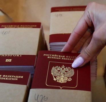 Российский паспорт. Фото: REUTERS