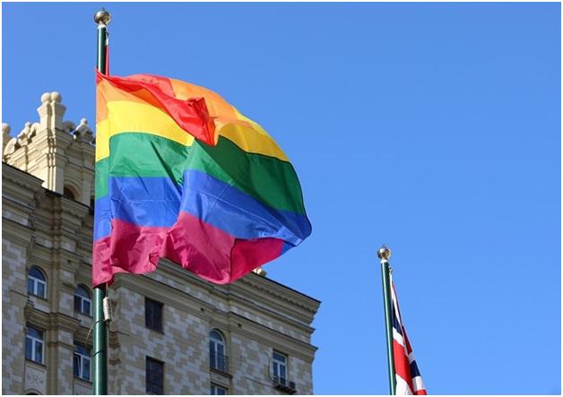 Британские дипломаты вслед за американцами украсили посольство в Москве флагом ЛГБТ-сообщества