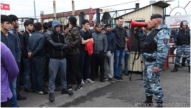 В Москве толпа таджиков отбила земляка у полицейских