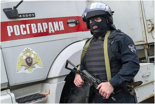Под Москвой силовики осадили дом отстреливающегося подозреваемого